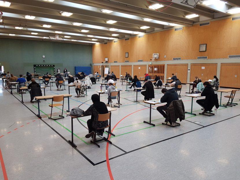 Die angehenden Abiturienten des Hugo-Junkers-Gymnasiums während einer Abiturklausur in der Turnhalle der Schule. Bild: Hugo-Junkers-Gymnasium